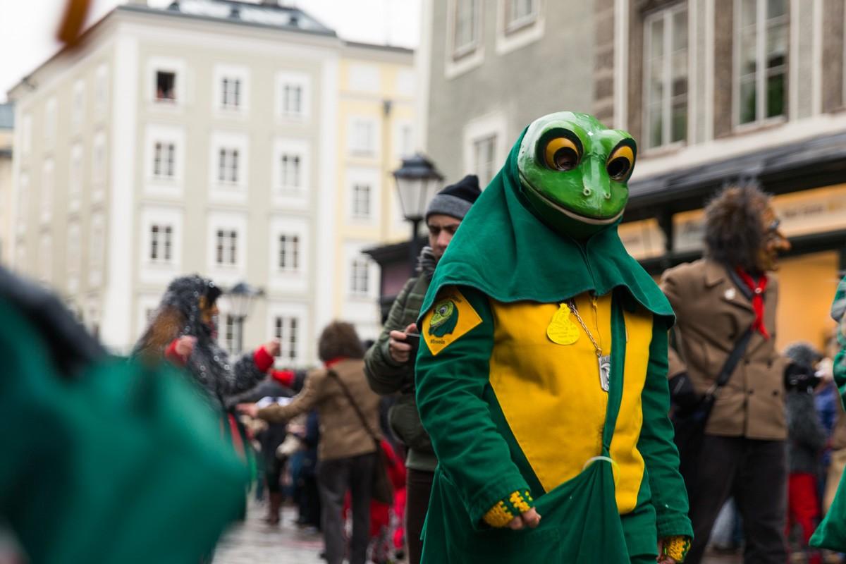 Frosch / Maskengestalt am Residenzplatz, Salzburg