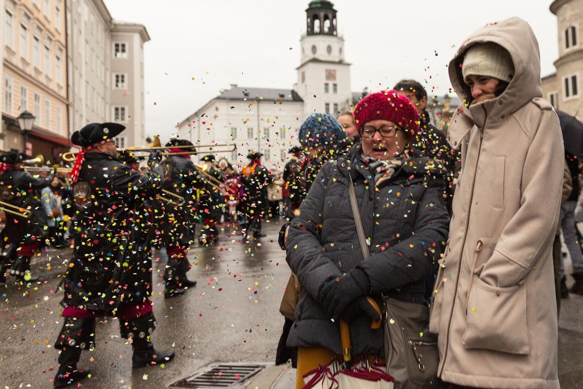 Eine Frau wird mit Konfetti beworfen, am 22. Euro-Carneval und Guggemusik-Festival 2015 in Salzburg