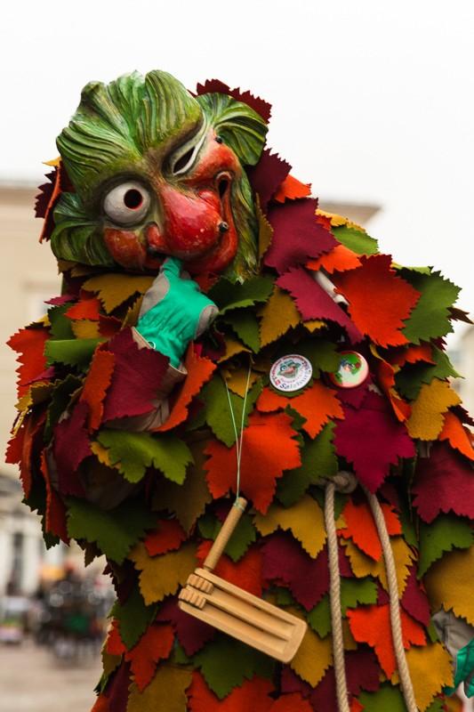 Maskengestalt am Residenzplatz, Salzburg. Bohrt in der Nase.