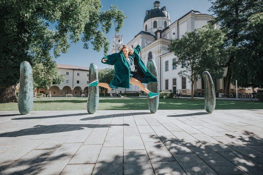 Model: Springt vor den Gurken im Furtwänglerpark in der Altstadt von Salzburg.