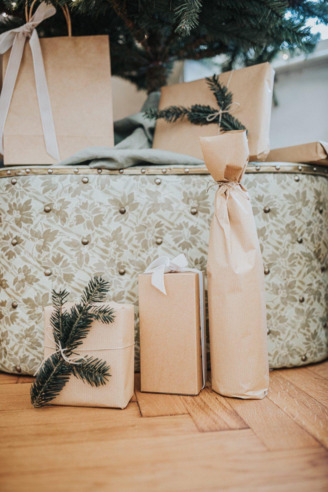 Verpackte Geschenke zu Weihnachten